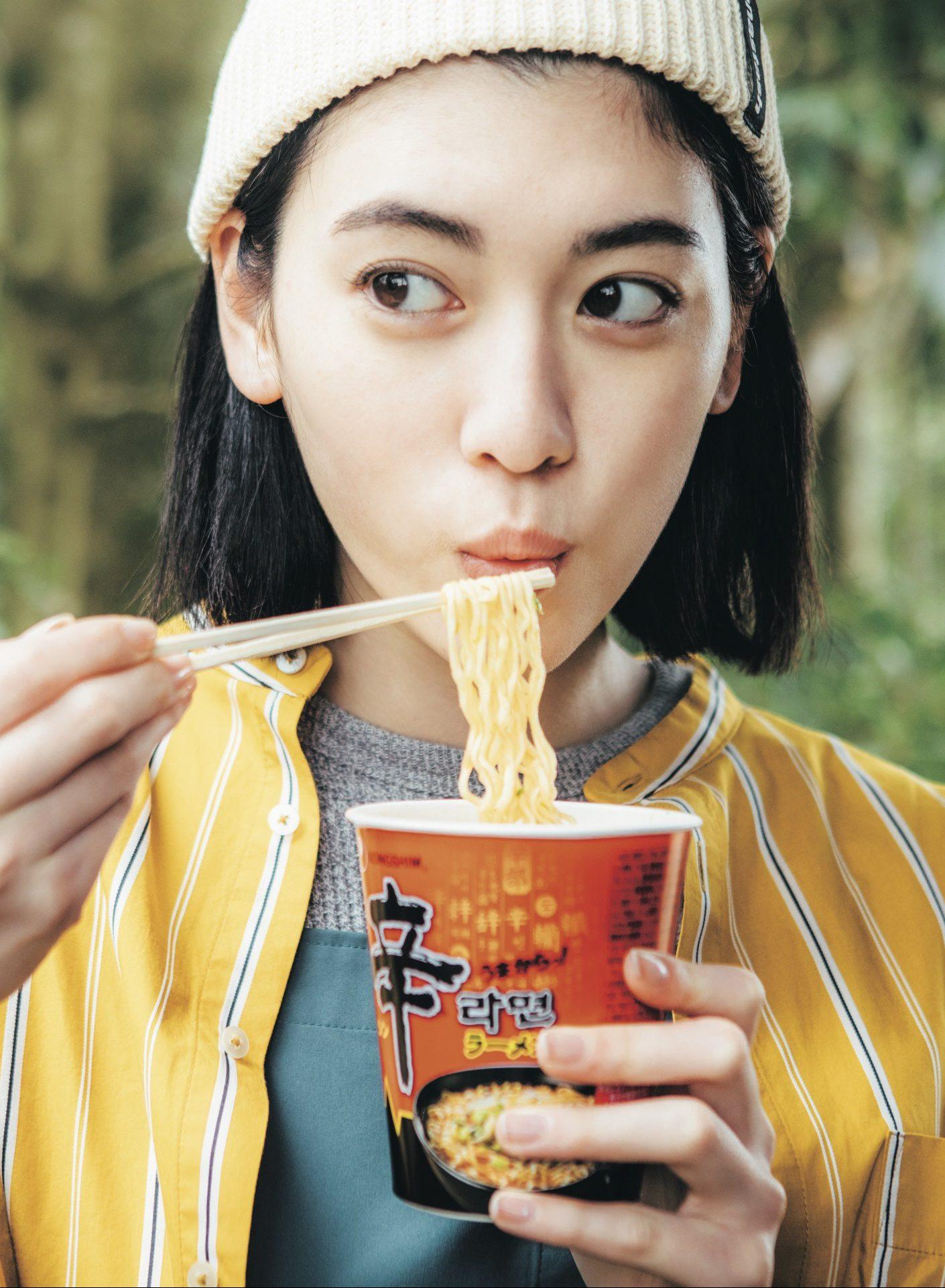 韓国の人気商品「辛ラーメン」と三吉彩花が、バァフアウト!にてコラボレーション